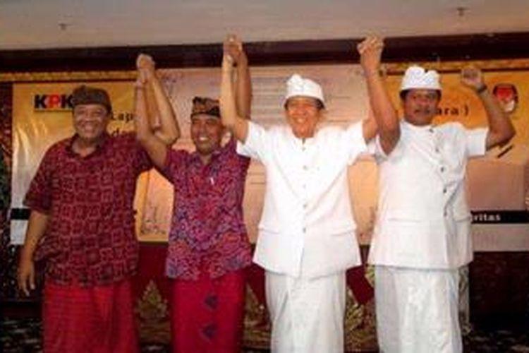 Calon Gubernur Bali dan Calon Wakil Gubernur Bali, Anak Agung Gede Ngurah Puspayoga - Dewa Nyoman Sukrawan (kedua dan ketiga dari kiri), dan Made Mangku Pastika - I Ketut Sudikerta (keempat dan kelima dari kiri), berfoto bersama anggota KPU, Juri Ardiantoro (kiri), dan Wakil Ketua KPK, Adnan Pandu Praja (kanan), seusai penandatanganan Komitmen Berintegritas Calon Gubernur dan Calon Wakil Gubernur Bali Periode 2013-2018 di Denpasar, Bali, Kamis (18/4/2013). Sebelum menandatangani komitmen berintegritas, cagub dan cawagub Bali mendeklarasikan laporan harta kekayaan penyelenggara negara (LHKPN) masing-masing.