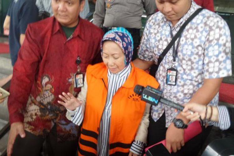 Wali kota Cimahi, Atty Suharty, seusai diperiksa di Gedung KPK Jakarta, Jumat (9/12/2016).