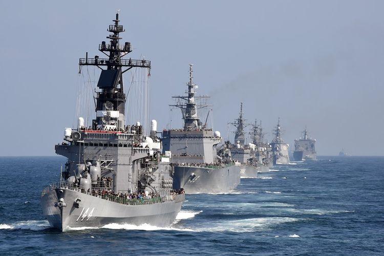 Sejumlah kapal milik Angkatan Laut Bela Diri Jepang (MSDF) terlihat dalam agenda peninjauan di Teluk Sagami, Prefektur Kanagawa, pada Oktober 2015.