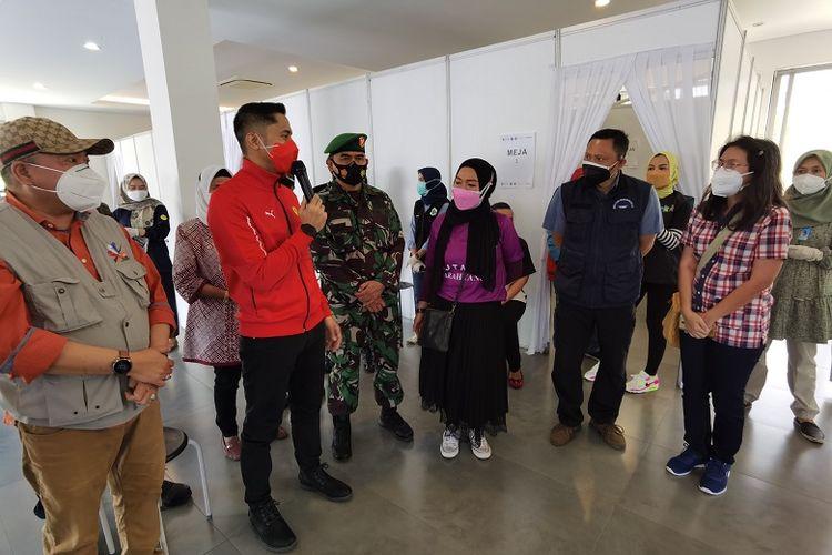 Tampak hadir pula Plt Bupati Bandung Barat Hengky Kurniawan meninjau pelaksanaan vaksinasi Covid-19 bagi warga Kota Baru Parahyangan.