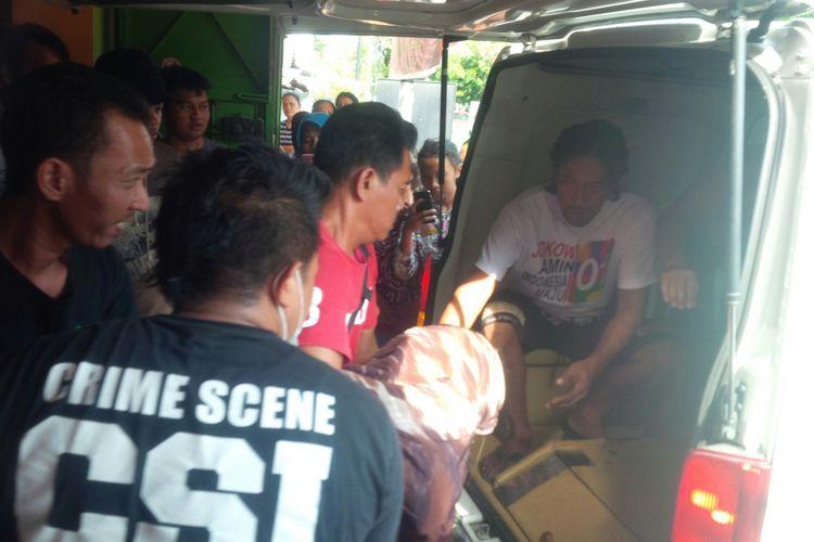 Korban tewas di rumah makan Burjo kawasan Jalan KH Samanhudi Kelurahan Purwosari, Kecamatan Laweyan, Solo, Jawa Tengah, dimasukkan dalam mobil ambulans, Jumat (12/10/2018).