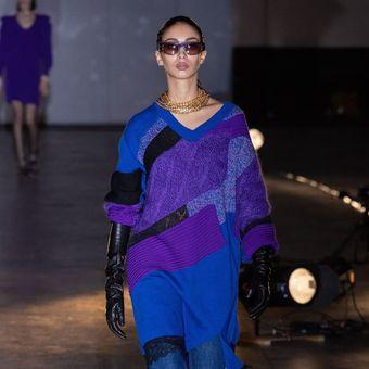 Pakaian rajut berpotongan lebar yang ditampilkan pada Paris Fashion Week 2020.