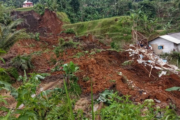 Lokasi bencana tanah longsor di Kampung Awi Lega, Desa Ginanjar, Kecamatan Ciambar, Sukabumi, Jawa Barat, Sabtu (1/5/2021).