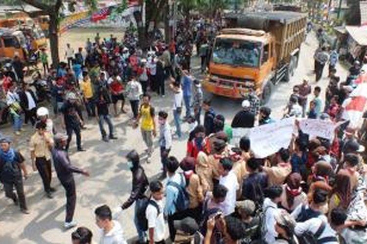 Ratusan warga Kecamatan Parung Panjang, berunjuk rasa dengan memblokade Jalan Raya Parung Panjang, Lebak Wangi, Kecamatan Parung Panjang, Kabupaten Bogor, Jumat (22/8/2014). K97-14