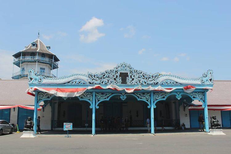 Salah satu obyek wisata yang wajib disambangi saat berkunjung ke Kota Solo adalah Keraton Surakarta Hadiningrat