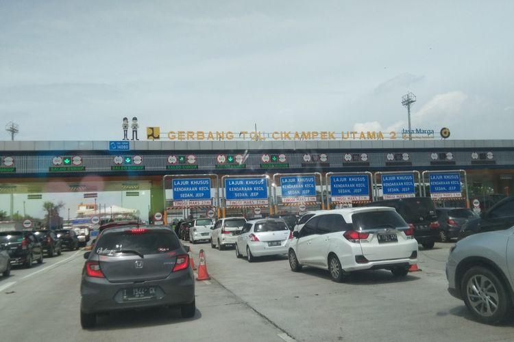 Antrean kendaraan di Gerbang Tol Cikampek Utama 2 pada Minggu (3/1/2021) sekitar pukul 11.00 WIB.