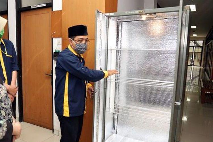 Produk inovasi lemari sterilisasi APD dari Dosen FMIPA Unpad yang dipamerkan.