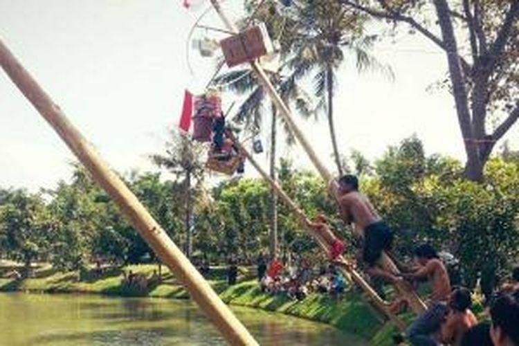 Panjat pinang di Ecopark, Ancol Taman Impian, saat Peresmian Ecomarket dalam Memeriahkan HUT Kemerdekaan RI ke 68, Sabtu (17/8/2013).