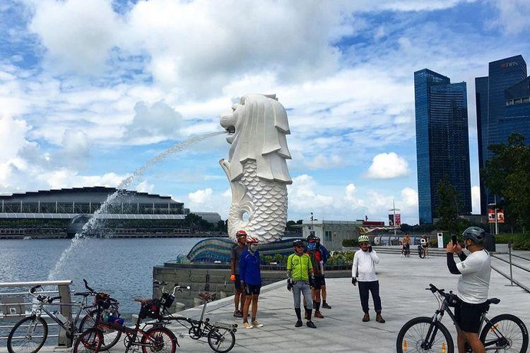 Kelompok pesepeda berfoto ria bersama di depan ikon Singapura, Air Mancur Patung Merlion, di Marina Bay, Jumat pagi (19/06/2020). Hari Jumat ini adalah hari pertama Fase 2 Singapura menuju new normal hidup bersama dengan virus Covid-19. Pada Fase 2 roda perekonomian dan aktivitas kehidupan sehari-hari Singapura kembali pulih seperti sedia kala.