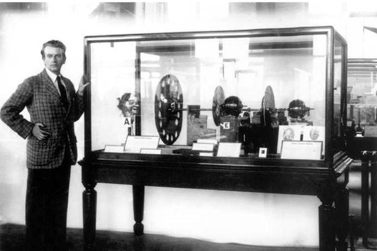John Logie Baird bersama penemuannya