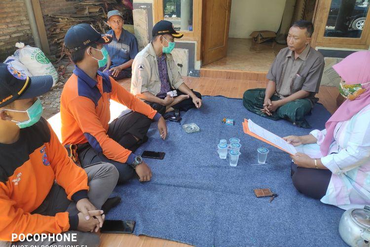 Tim dari BPBD Jember saat mendatangi rumah warga untuk mediasi kasus penganiayaan terhadap tim pemakaman jenazah pasien Covid-19
