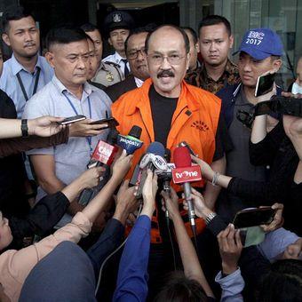Mantan pengacara Setya Novanto, Fredrich Yunadi (tengah) mengenakan rompi tahanan usai diperiksa di gedung KPK, Jakarta, Sabtu (13/1/2018). Tersangka kasus dugaan merintangi penyidikan perkara KTP Elektronik yang melibatkan mantan Ketua DPR Setya Novanto tersebut resmi ditahan KPK setelah sebelumnya ditangkap KPK pada Jumat (12/1) malam.