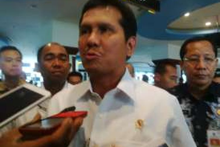 MenPAN-RB, Asman Abnur, di Pelabuhan Tanjung Perak Surabaya, Jumat (18/11/2016).