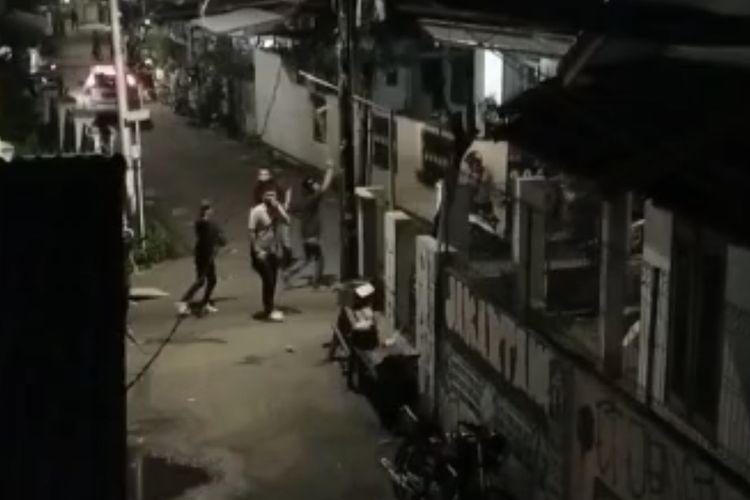 Bentrokan antarwarga terjadi di Jalan Swadaya 1 Dalam, Pejaten Timur, Pasar Minggu, Jakarta Selatan pada Jumat (7/5/2021) malam.