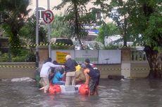 Dua Perahu Karet Bantu Warga Tanjung Duren yang Kebanjiran