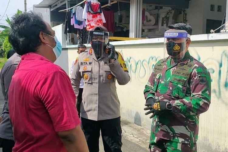 Kapolres Tegal Kota AKBP Rita Wulandari dan Dandim Letkol Inf. Sutan Pandapotan memberikan penjelasan kepada warga agar anggota keluarganya yang positif mau dibawa ke tempat isolasi terpusat di Rusunawa Tegalsari, Senin (14/6/2021).