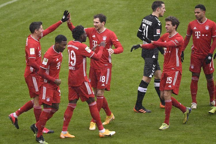Penyerang Bayern Munich Robert Lewandowski (kiri) merayakan gol pembuka bersama rekan satu timnya selama pertandingan sepak bola divisi pertama Bundesliga Jerman antara Bayern Munich dan SC Freiburg di Munich, pada 17 Januari 2021.