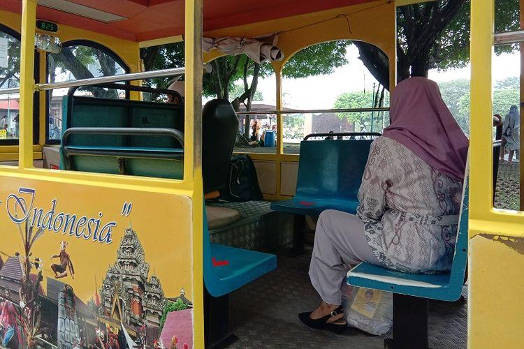 Bus wisata yang kapasitasnya dibatasi pada era new normal di Taman Mini Indonesia Indah (TMII),  Minggu (6/7/2020).
