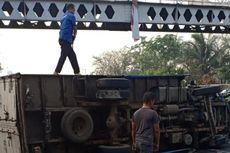 Kemudi Rusak, Truk Terguling di Jalan Basuki Rahmat Kampung Melayu