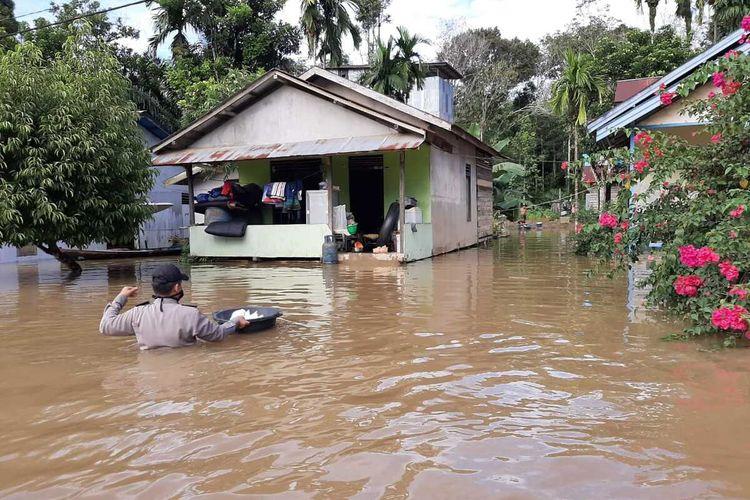 Sebanyak 11 desa di Kecamatan Jelai Hulu, Kabupaten Ketapang, Kalimantan Barat terendam banjir sejak Sabtu (20/6/2020) kemarin. Banjir diduga terjadi akibat curah hujan tinggi dalam beberapa hari terakhir.