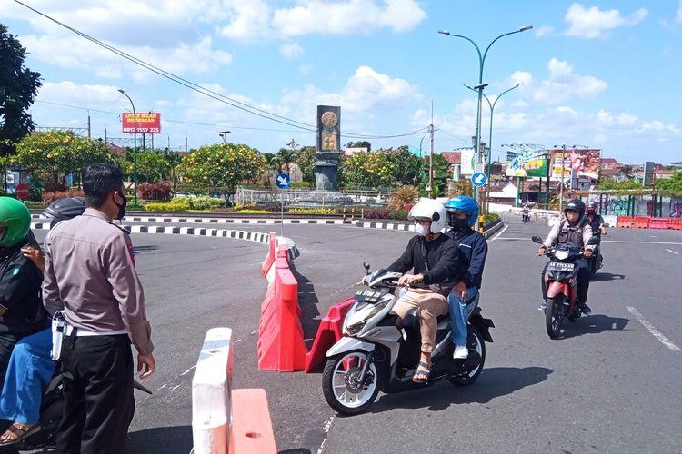 Suasana Malioboro terlihat sepi, penyekatan dilakukan oleh Pemkot Yogyakarta untuk mencegah warga nongkrong di sekitaran Malioboro, Senin (5/7/2021)