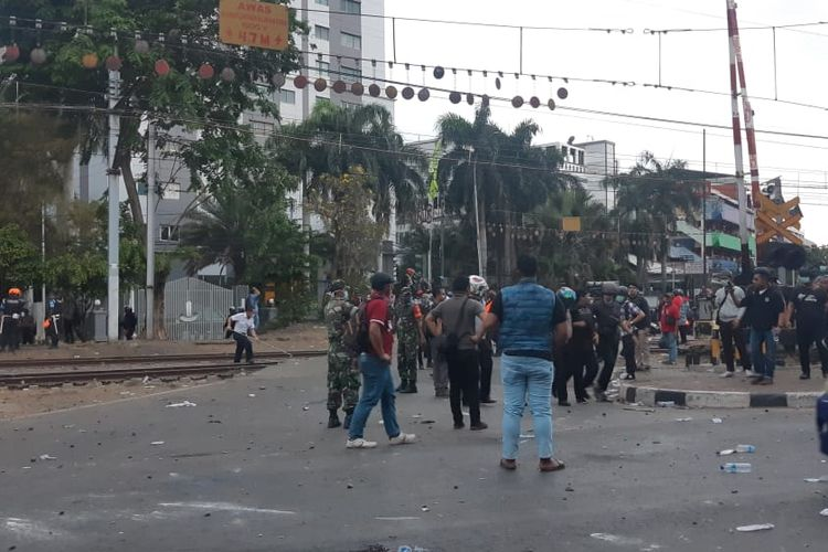Polisi memukul mundur massa pelajar yang demo di kawasan Palmerah. Pukul 17.49 WIB, suasana di kawasan itu tidak lagi dipadati massa, Senin (30/9/2019).