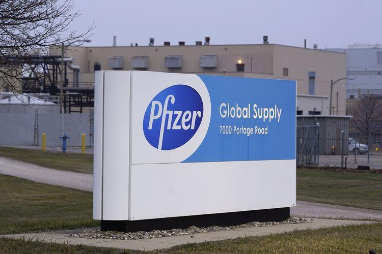 Papan nama perusahaan The Pfizer Global Supply di Portage, Michigan, Amerika Serikat, yang dipotret pada Jumat (11/12/2020). Vaksin Pfizer-BioNTech didistribusikan ke seluruh AS dan mulai disuntik pada Senin (14/12/2020) ke 3 juta orang di gelombang pertama.