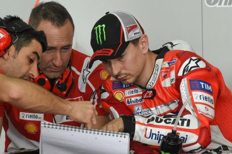 Pebalap Ducati Team asal Spanyol, Jorge Lorenzo (kanan), berdiskusi dengan krunya di garasi Sirkuit Sepang, Malaysia, pada hari ketiga tes pramusim MotoGP 2017, Rabu (1/2/2017).