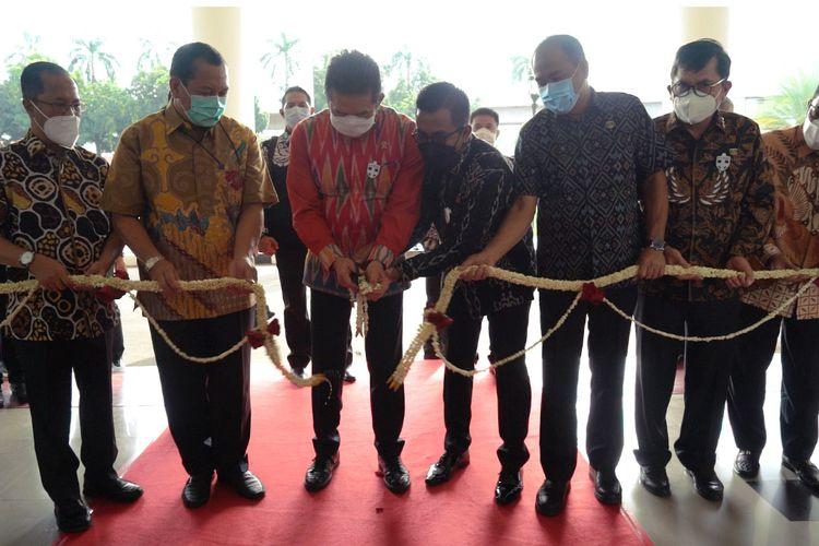 Jaksa Agung Sanitiar (ST) Burhanuddin (kemeja merah) saat meresmikan gedung baru, Menara Kartika Adhyaksa, di Kompleks Kejagung, Jakarta Selatan, Jumat (11/12/2020).