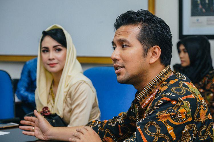Bupati Trenggalek Emir Elestianto Dardak (latar depan, kanan) dan Arumi Bachsin ketika mengunjungi redaksi Kompas.com, Rabu (24/5/2017).
