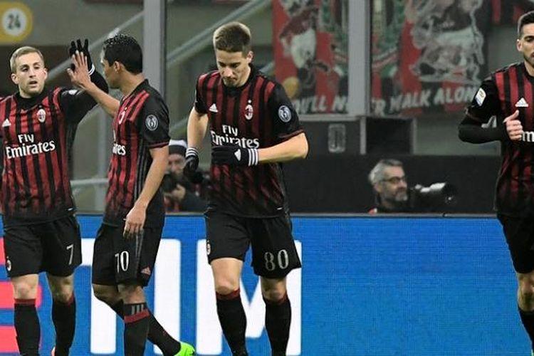 Penyerang AC Milan,  Carlos Bacca (dua dari kiri), memberikan selamat kepada  Gerard Deulofeu setelah dia mencetak gol dalam pertandingan Serie A melawan Fiorentina di Stadion San Siro pada 19 Februari 2017.