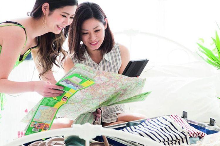 Ilustrasi perempuan sedang mengatur anggaran untuk liburan.