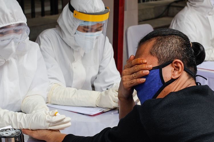 Warga mengikuti rapid test covid-19 massal yang digelar Badan Intelijen Negara di Pasar Bogor, Senin (11/5/2020). Sebanyak 500 orang warga mengikuti rapid test ini guna mencegah penyebaran virus corona.