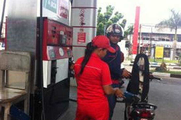 Banyak pengendara motor yang sudah beralih menggunakan pertamax sejak harga premium sudah dinaikan dari Rp 6.500 per liter menjadi Rp 8.500.