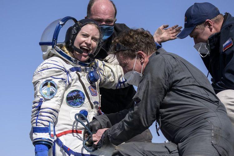 Astronot NASA Kate Rubins dibantu keluar dari pesawat ruang angkasa Soyuz MS-17. Dia dan dua kosmonot, Sergey Kud-Sverchkov dan Sergey Ryzhikov mendarat di daerah terpencil dekat kota Zhezkazgan, Kazakhstan pada hari Sabtu, 17 April 2021.