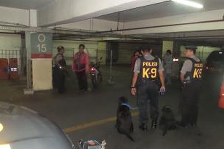 Sejumlah anggota polisi dengan anjing pelacak yang disiagakan di ITC Depok, pasca penemuan sebuah paket diduga bom di lantai dasar pusat perbelanjaan tersebut, Senin (23/2/2015)