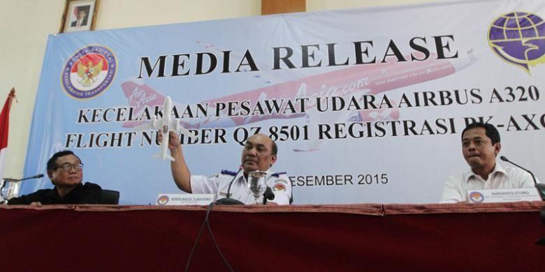Investigator In Charge (IIC) Komisi Nasional Keselamatan Transportasi (KNKT) Mardjono Siswosuwarno, Ketua KNKT Soerjanto Tjahjono, Plt Kasubkom Investigasi Kecelakaan Penerbangan KNKT (kiri ke kanan), menjelaskan kepada wartawan terkait hasil penyelidikan jatuhnya pesawat AirAsia QZ8501 dengan rute penerbangan Surabaya-Singapura pada 28 Desember 2014, di Jakarta, Selasa (1/12/2015).
