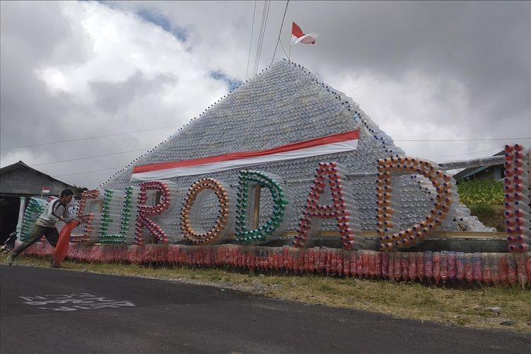 Piramida dari bahan botol plastik bekas berdiri di jalan Dukuh Surodadi, Desa Tarubatang, Kecamatan Selo, Kabupaten Boyolali, Jawa Tengah, Selasa (13/8/2019).