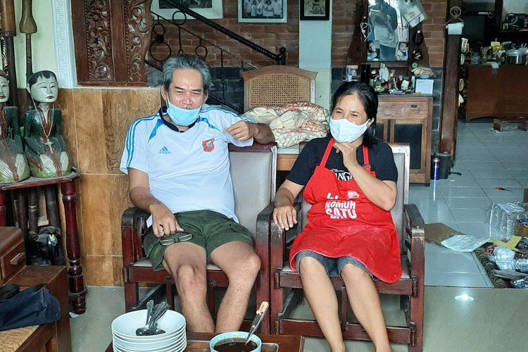 Budi Prihatini (56) dan Yuda Asta Birawa (57) saat menceritakan awal mula mengirimkan Pempek ke fasilitas kesehatan untuk para tenaga kesehatan.