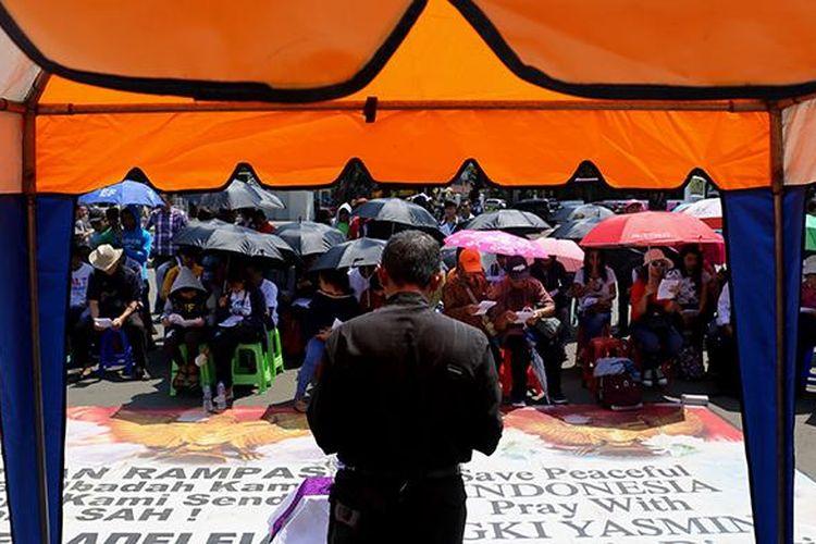 Ibadah jemaat GKI Yasmin dan HKBP Filadelfia di depan Istana Merdeka, Jakarta Pusat, Minggu (5/3/2017). Jemaat GKI Yasmin dan HKBP Filadelfia tidak bisa beribadah di gereja mereka karena ditolak masyarakat, meski sudah ada putusan Mahkamah Agung yang menjamin para jemaat dapat beribadah di dalam gerejanya.