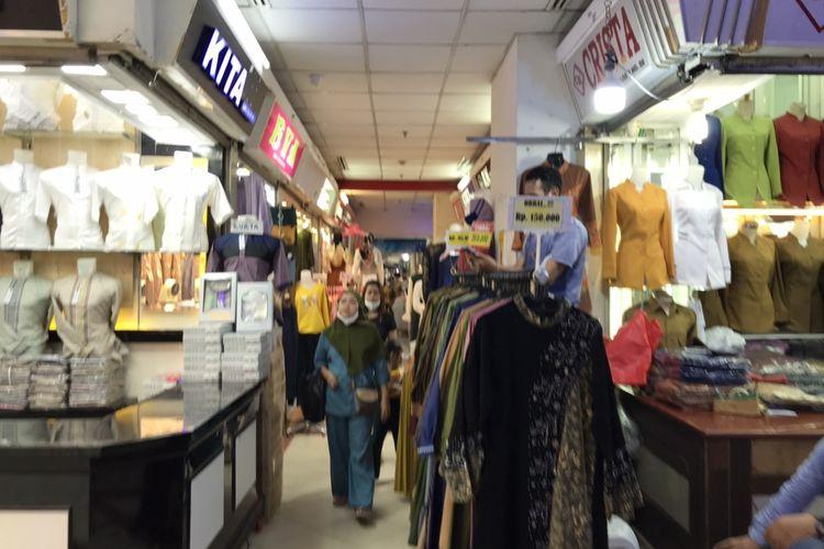 Pengunjung tak memakasi masker dengan benar di Blok A Pasar Tanah Abang, Jakarta Pusat pada Jumat (7/5/2021) sore.