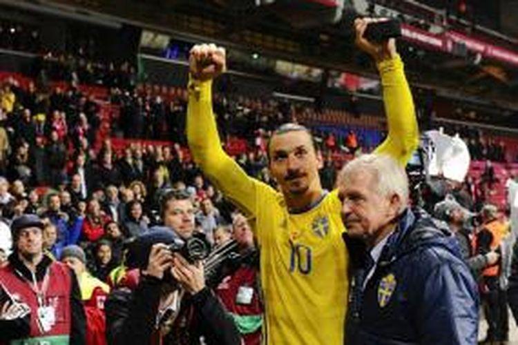 Zlatan Ibrahimovic merayakan keberhasilan Swedia lolos ke putaran final Piala Eropa 2016, Selasa (17/11/2015).