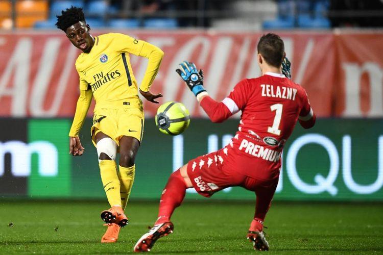 Penyerang PSG, Timothy Weah, yang merupakan putra George Weah, saat tampil melawan Troyes.