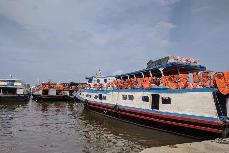 Kapal penyeberangan menuju Kepulauan Seribu yang bersandar di Dermaga Kali Adem, Penjaringan, Jakarta Utara
