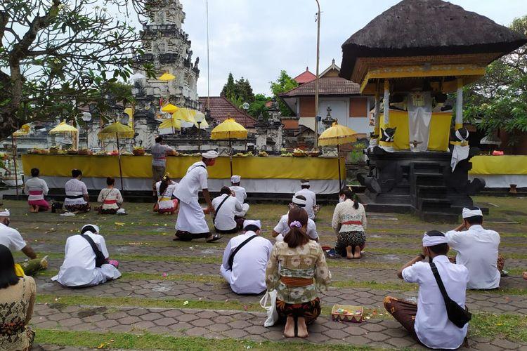 Penerapan protokol kesehatan saat persembahyangan Galungan di Pura Jagatnatha, Denpasar, Bali, Rabu (16/9/2020) lalu.