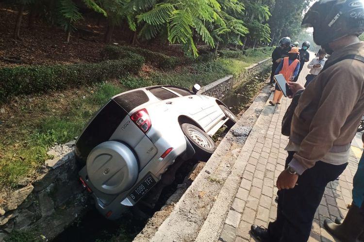 Sebuah mobil Daihatsu Terios B 1099 TFP terperosok ke dalam selokan di Jalan Pulolio, Kelurahan Jatinegara, Kecamatan Cakung, Jakarta Timur, akibat sopir angkat telfon saat menyetir, Selasa (17/9/2019).