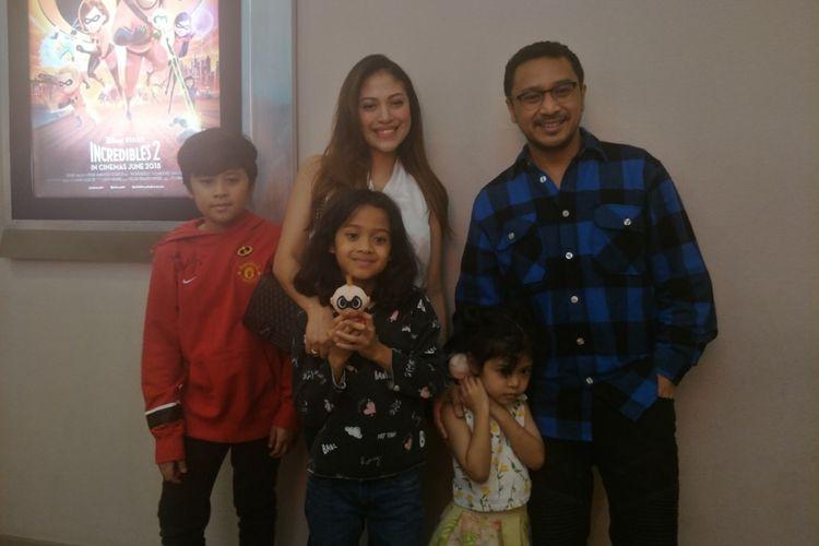 Giring Ganesha bersama keluarga setelah menonton film Incredibles 2 di Lippo Mall Puri, Jakarta Barat, Kamis (7/6/2018) malam.