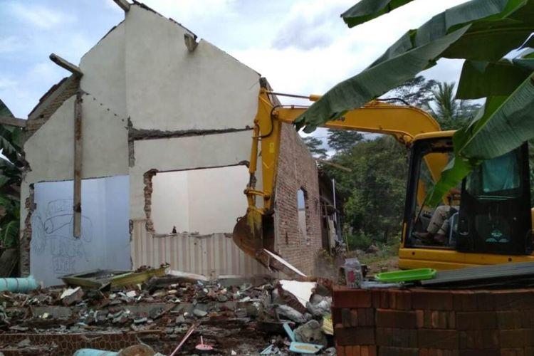 Kondisi rumah pasangan SS dan SE warga desa Tasikmadu kecamatan Watulimo Trenggalek Jawa Timur, berikut alat berat yang digunakan merobohkan rumah tersebut.