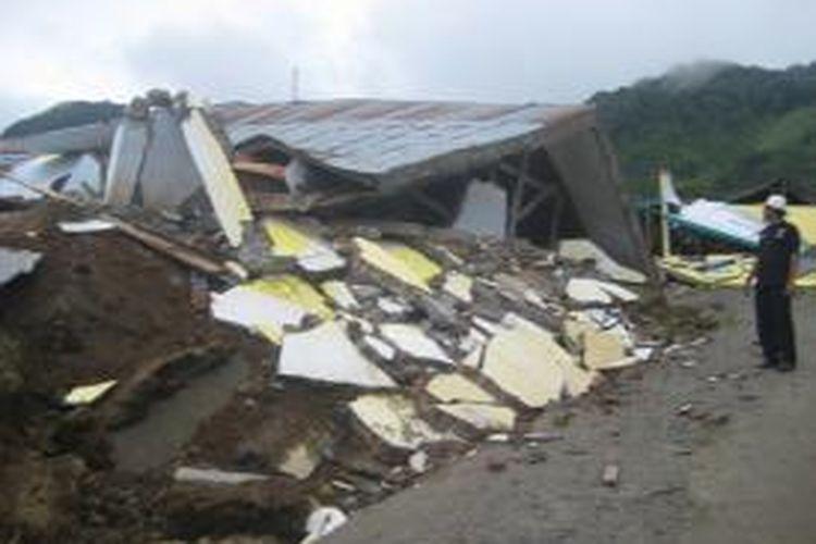 Rumah yang ambruk saat gempa bumi di Kecamatan Kute Panang, Kabupaten Aceh Tengah, Selasa (2/7) kemarin. (Foto: ODIE)