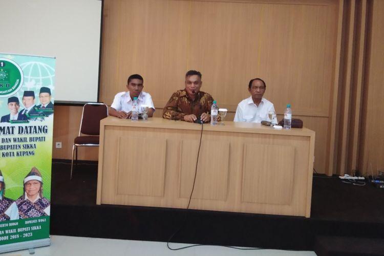 Bupati Sikka, Nusa Tenggara Timur (NTT) Fransiskus Roberto Diogo dan Romanus Woga, saat memberikan keterangan pers kepada wartawan di Hotel Naka Kupang, Rabu (19/9/2018)